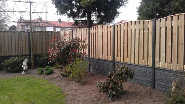 Schutting combinatie van hout met beton