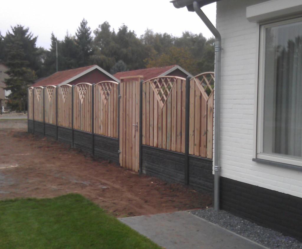 Schutting combinatie van betonplaten met v- tuinscherm